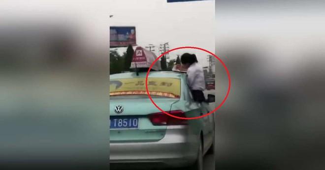 Con gái làm bài tập trên mui xe khiến người cha lái taxi bị đình chỉ công tác - Ảnh 2.