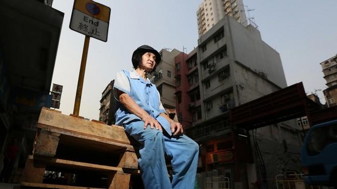 Cuộc sống của những người già ở Hồng Kông: Vẫn phải vật lộn mưu sinh dù đã quá tuổi nghỉ hưu - Ảnh 2.