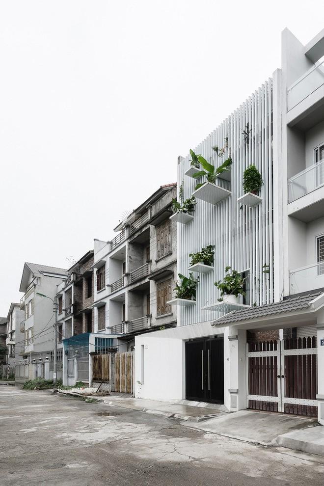Nắng chiếu thẳng vào mặt tiền lại gần đường ray ồn ào, ngôi nhà ở ngoại thành Hà Nội vẫn được báo Mỹ khen ngợi vì cách xử lý thông minh - Ảnh 1.