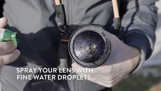 Đừng ngại ngần phun một vài giọt nước lên bề mặt ống kính của bạn...