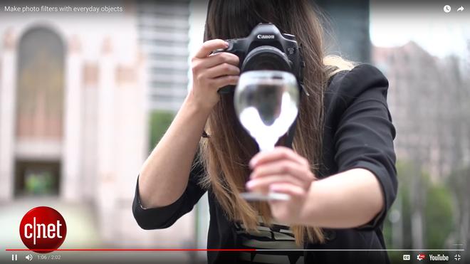 So với quả cầu pha lê thì một chiếc ly là phương án rẻ và dễ làm hơn khá nhiều