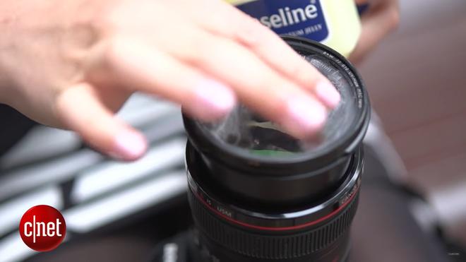 Thoa kem vaseline lên ống kính