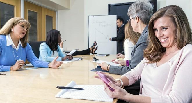 Chuyện về những vị sếp cấm đoán smartphone nơi công sở - Ảnh 1.