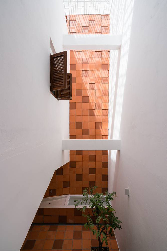 Nhờ cải tạo một cách thần kỳ, nhà ống 15 năm tuổi tối tăm cũ kỹ ở Sài Gòn được lên tạp chí kiến trúc Mỹ - Ảnh 8.