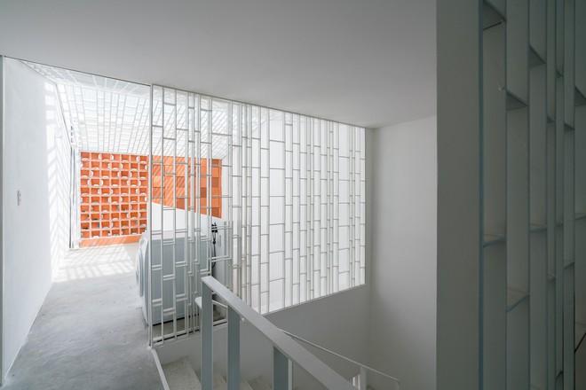 Nhờ cải tạo một cách thần kỳ, nhà ống 15 năm tuổi tối tăm cũ kỹ ở Sài Gòn được lên tạp chí kiến trúc Mỹ - Ảnh 4.