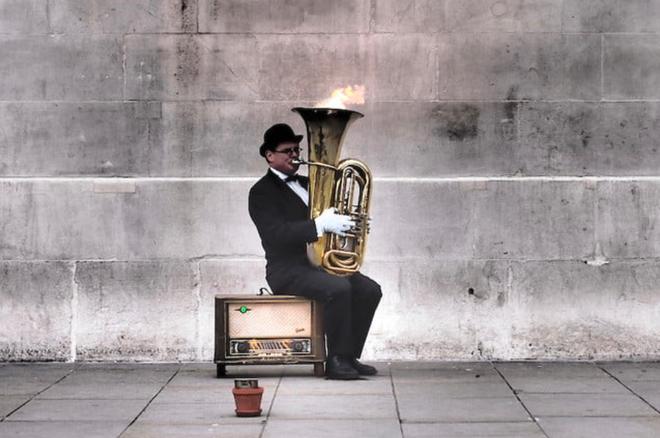 Trong thời đại công nghệ, các nghệ sĩ đường phố ở London không cần phải xin tiền lẻ nữa rồi - Ảnh 1.