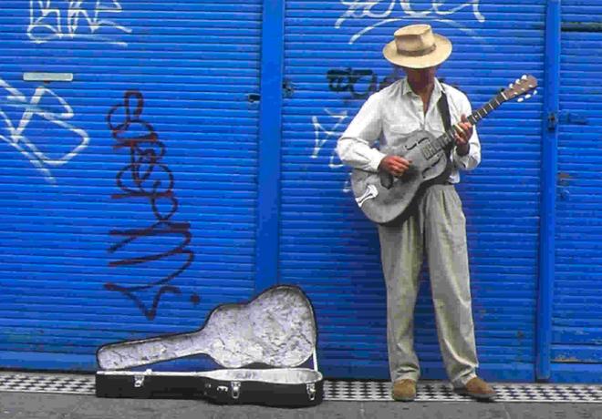 Trong thời đại công nghệ, các nghệ sĩ đường phố ở London không cần phải xin tiền lẻ nữa rồi - Ảnh 3.