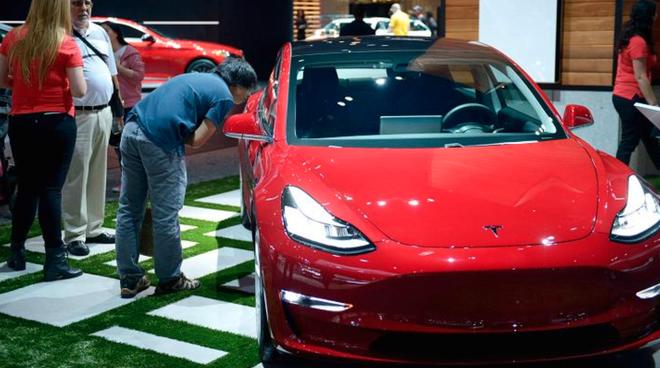 Sau khi báo cáo thu nhập Q1 thua lỗ, Tesla hứa sẽ tạo ra lợi nhuận trong nửa sau của năm NẾU như hãng có thể đạt được mục tiêu sản xuất mẫu xe Model 3 - Ảnh 1.