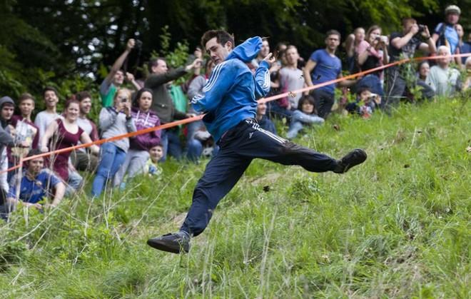 Vồ phô mai ở đồi Cooper: Lễ hội điên khùng và nguy hiểm bậc nhất nước Anh - Ảnh 5.