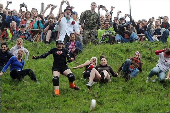 Vồ phô mai ở đồi Cooper: Lễ hội điên khùng và nguy hiểm bậc nhất nước Anh - Ảnh 10.