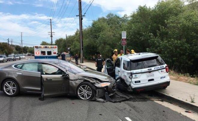 Chế độ tự lái của Tesla Model S lại gây tai nạn, lần này đâm thẳng vào... xe cảnh sát - Ảnh 2.