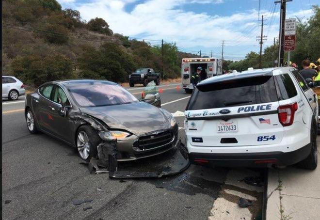 Chế độ tự lái của Tesla Model S lại gây tai nạn, lần này đâm thẳng vào... xe cảnh sát - Ảnh 4.