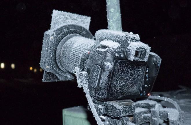 Nhiếp ảnh gia chia sẻ cách dùng camera ở nơi lạnh nhất hành tinh, làm sao để chụp hình khi mọi thứ đều đóng băng? - Ảnh 2.