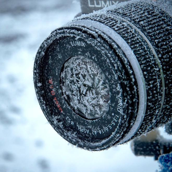 Nhiếp ảnh gia chia sẻ cách dùng camera ở nơi lạnh nhất hành tinh, làm sao để chụp hình khi mọi thứ đều đóng băng? - Ảnh 1.