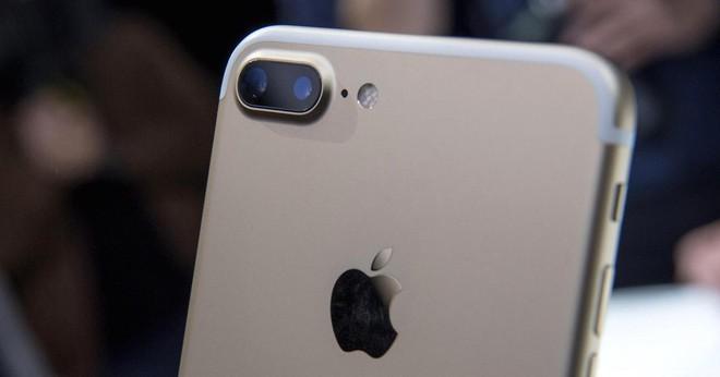 iPhone 7 cũng từng trải qua câu chuyện tương tự như iPhone X.