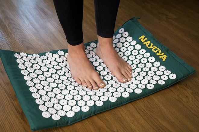 Bí quyết trị đau mỏi vai gáy do ngồi nhiều bằng thảm bấm huyệt bán chạy nhất trên Amazon - Ảnh 5.