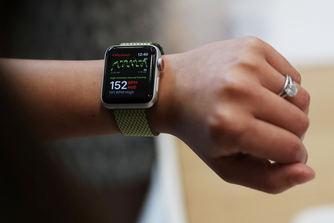 Luật sư của Ambrose cho rằng Apple Watch khác với điện thoại di động và hoàn toàn có thể sử dụng khi đang lái xe.