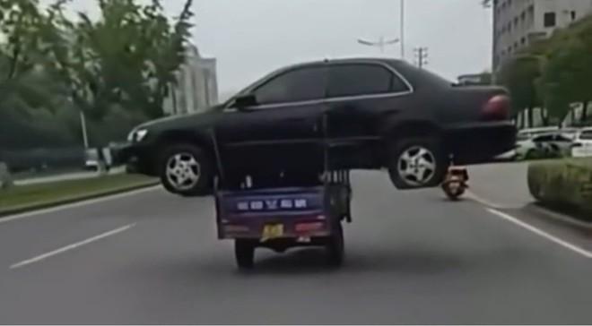 Thanh niên bị phạt 1300 tệ vì chở nguyên một chiếc ô tô bằng xe ba gác - Ảnh 2.