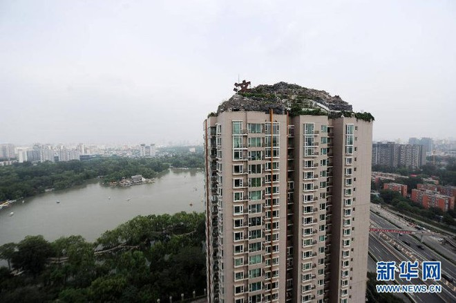Trung Quốc: Xây hồ bơi trái phép trên nóc chung cư để tập luyện giữ dáng - Ảnh 1.