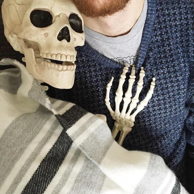 Chết cười với bộ xương chuyên cosplay hội chị em ham sống ảo - Ảnh 14.