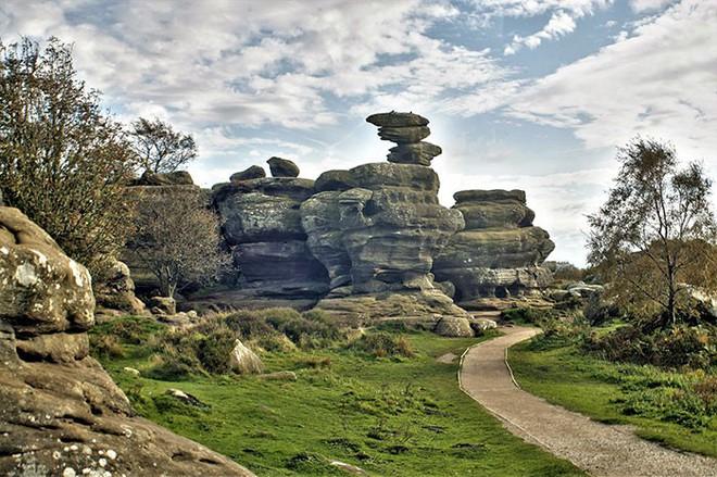 Tác phẩm điêu khắc tự nhiên 320 triệu năm tuổi tại Anh vừa bị 5 thanh niên phá hủy... cho vui - Ảnh 1.