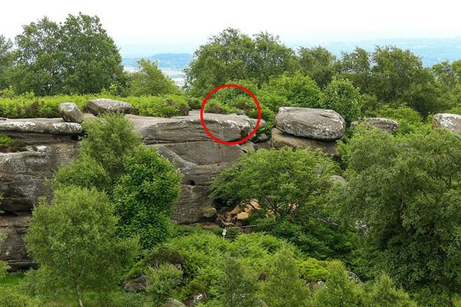 Tác phẩm điêu khắc tự nhiên 320 triệu năm tuổi tại Anh vừa bị 5 thanh niên phá hủy... cho vui - Ảnh 3.
