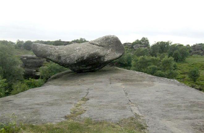 Tác phẩm điêu khắc tự nhiên 320 triệu năm tuổi tại Anh vừa bị 5 thanh niên phá hủy... cho vui - Ảnh 4.