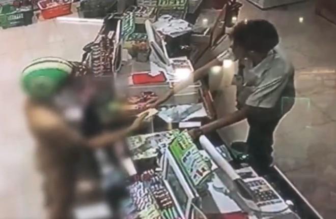 Bắt chước Youtuber nước ngoài, 3 thanh niên Thái Lan xông vào cửa hàng 7-Eleven trong tình trạng trần như nhộng rồi bị bắt - Ảnh 2.