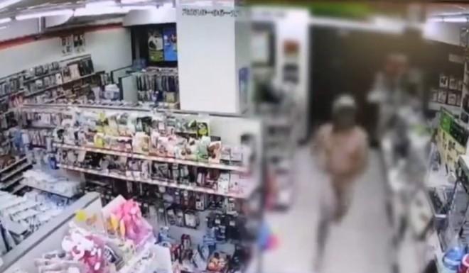 Bắt chước Youtuber nước ngoài, 3 thanh niên Thái Lan xông vào cửa hàng 7-Eleven trong tình trạng trần như nhộng rồi bị bắt - Ảnh 3.
