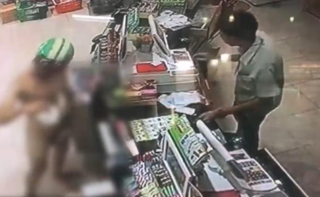 Bắt chước Youtuber nước ngoài, 3 thanh niên Thái Lan xông vào cửa hàng 7-Eleven trong tình trạng trần như nhộng rồi bị bắt - Ảnh 4.