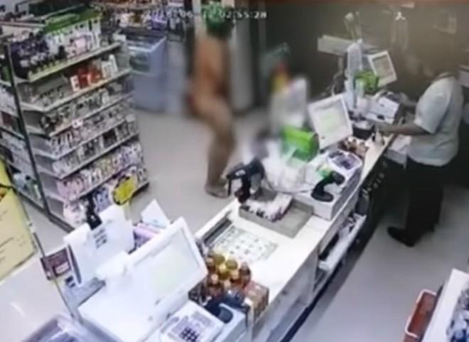 Bắt chước Youtuber nước ngoài, 3 thanh niên Thái Lan xông vào cửa hàng 7-Eleven trong tình trạng trần như nhộng rồi bị bắt - Ảnh 5.