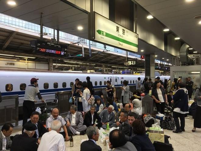 Sự thú vị của Nhật Bản: Tàu siêu tốc lỡ chuyến, du khách liền mở tiệc ngay tại ga - Ảnh 2.