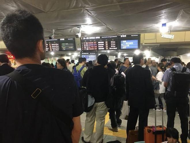 Sự thú vị của Nhật Bản: Tàu siêu tốc lỡ chuyến, du khách liền mở tiệc ngay tại ga - Ảnh 1.