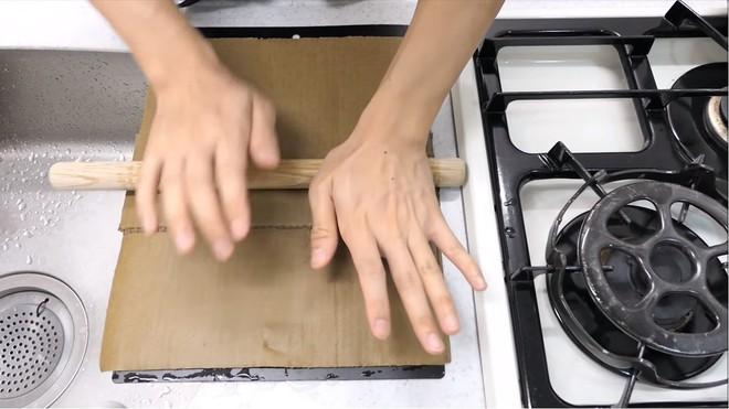Thùng các-tông ship hàng của Amazon vừa được Youtuber Nhật Bản biến thành dao làm bếp - Ảnh 6.