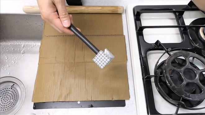 Thùng các-tông ship hàng của Amazon vừa được Youtuber Nhật Bản biến thành dao làm bếp - Ảnh 7.