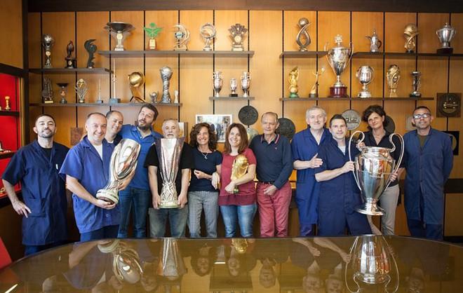Cận cảnh quá trình chế tác chiếc cup vàng danh giá cho World Cup - Ảnh 14.