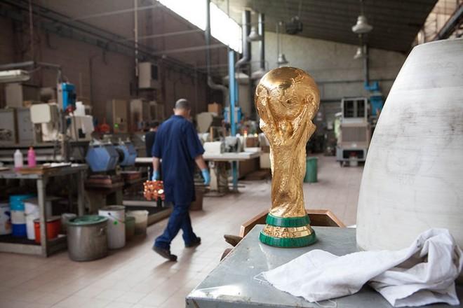Cận cảnh quá trình chế tác chiếc cup vàng danh giá cho World Cup - Ảnh 15.