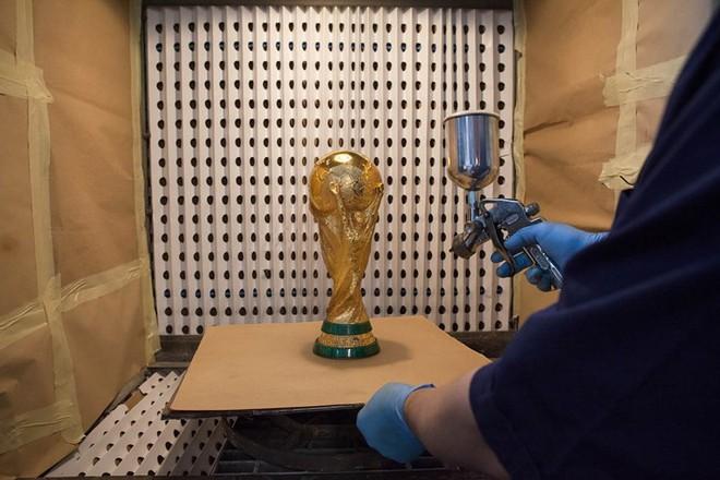 Cận cảnh quá trình chế tác chiếc cup vàng danh giá cho World Cup - Ảnh 8.
