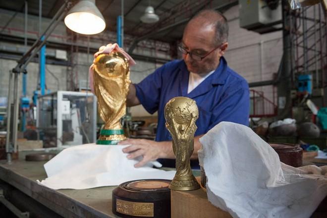 Cận cảnh quá trình chế tác chiếc cup vàng danh giá cho World Cup - Ảnh 9.