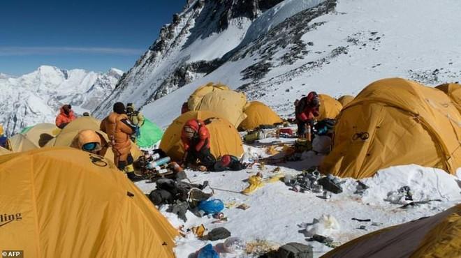 Những hình ảnh gây shock: Đỉnh Everest danh giá giờ đã trở thành bãi rác cao nhất thế giới - Ảnh 1.