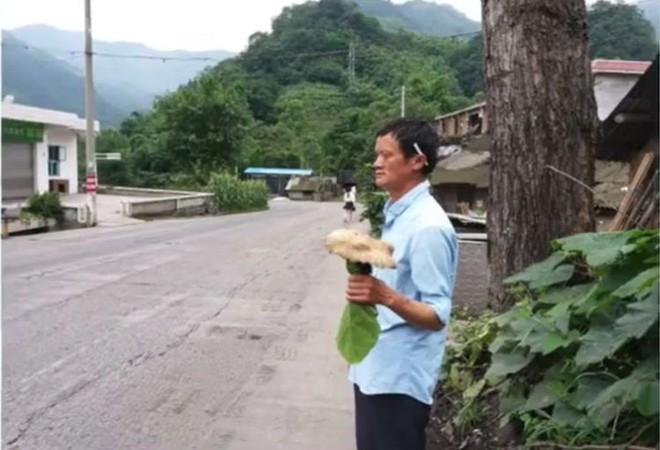 Trung Quốc: Phát hiện người đàn ông giống hệt Jack Ma rao bán nấm rừng ở ven đường - Ảnh 2.