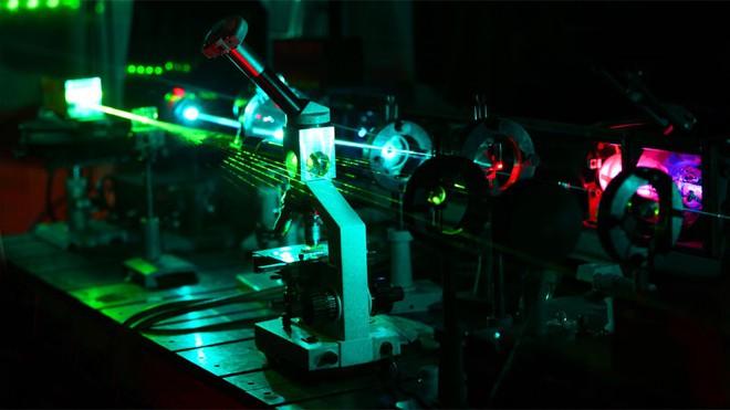 Dùng tia laser tạo ra được dòng điện siêu nhanh, các nhà khoa học cho thấy có thể dùng ánh sáng để điều chỉnh vật chất - Ảnh 4.