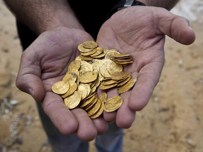 Bạn có 100 đồng xu ở trên bàn, trong đó 10 đồng ngửa và 90 đồng sấp. Không được nhìn, sờ hay sử dụng bất cứ giác quan nào, hãy tìm cách chia số đồng xu này thành 2 phần sao cho số lượng xu sấp, ngửa ở 2 phần này bằng nhau.
