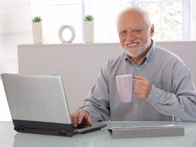 """Chiếc máy tính của một khách hàng gặp phải vấn đề nghiêm trọng và giờ chẳng khác nào một """"cục chặn giấy"""". Bạn sẽ tư vấn thế nào?"""