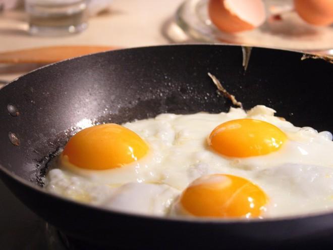 Bạn có 2 quả trứng. Hãy tìm cách xác định độ cao tối đa mà tại đó khi bạn thả trứng xuống, trứng sẽ không bị vỡ. Giải pháp tối ưu nhất của bạn là gì?