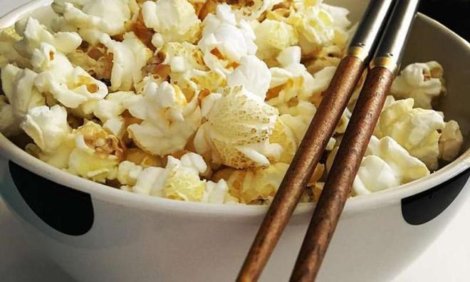 Ăn bỏng ngô bằng đũa, hóa ra bí mật của hạnh phúc đơn giản chỉ là vậy - Ảnh 1.