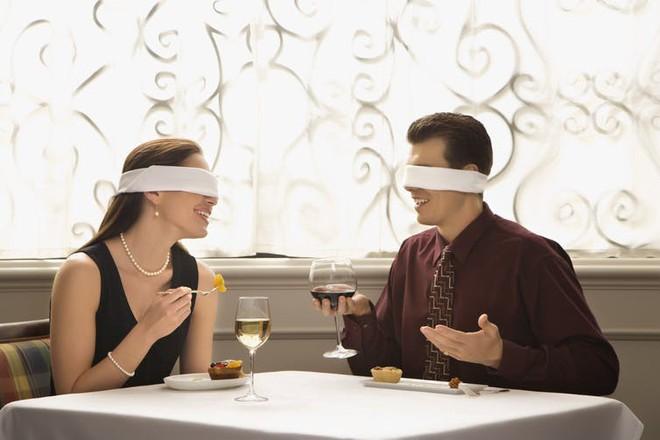 Ăn bỏng ngô bằng đũa, hóa ra bí mật của hạnh phúc đơn giản chỉ là vậy - Ảnh 3.