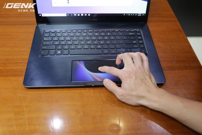 Có thể thấy TouchPad của chiếc ZenBook Pro trông không khác gì so với màn hình của một chiếc Smartphone cả