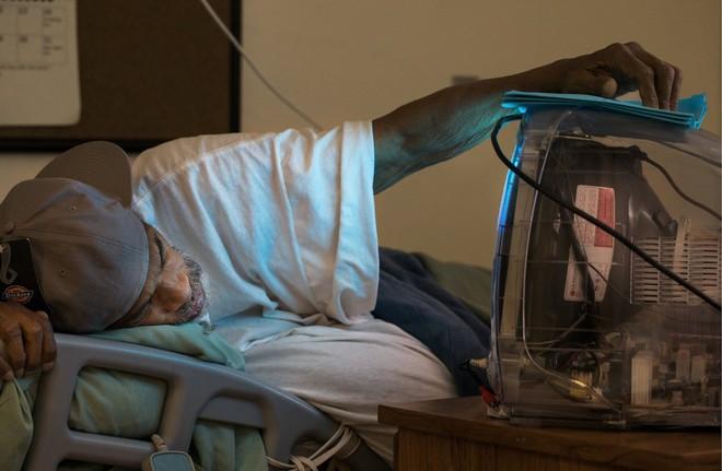 Chuyện cảm động sau song sắt trại giam Mỹ: Những tù nhân chuyên chăm sóc vỗ về người hấp hối - Ảnh 2.