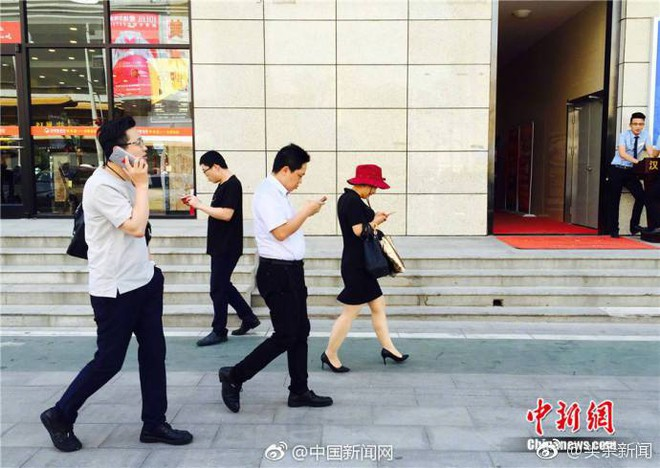 Trung Quốc nhốt người nghiện smartphone vào những làn đường đi bộ đặc biệt trên vỉa hè - Ảnh 2.